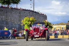 Amelia, Italien, im Mai 2018 Mille Miglia 1000 Meilen, historisches Weinleseautorennen Zwei Männer, die historisches rotes Alfa R lizenzfreie stockfotografie
