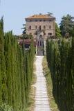 Amelia (Ombrie, Italie) - vieux villa et cyprès Photo libre de droits