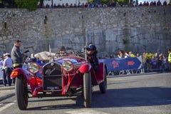 Amelia, Włochy, Maj 2018 Mille Miglia 1000 mil, dziejowego rocznika samochodowa rasa Dwa mężczyzny jedzie historycznego Alfa Rome zdjęcie royalty free