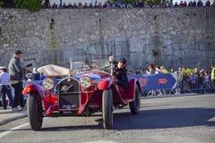Amelia, Włochy, Maj 2018 Mille Miglia 1000 mil, dziejowego rocznika samochodowa rasa Dwa mężczyzny jedzie historycznego Alfa Rome obraz stock