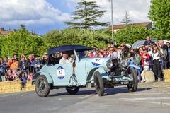 Amelia, Włochy, Maj 2018 Mille Miglia 1000 mil, dziejowego rocznika samochodowa rasa Dwa mężczyzny jedzie historycznego Alfa Rome fotografia royalty free