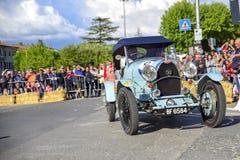 Amelia, Włochy, Maj 2018 Mille Miglia 1000 mil, dziejowego rocznika samochodowa rasa Dwa mężczyzny jedzie historycznego Alfa Rome zdjęcia royalty free