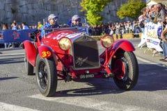 Amelia, Włochy, Maj 2018 Mille Miglia 1000 mil, dziejowego rocznika samochodowa rasa Dwa mężczyzny jedzie historycznego Alfa Rome obraz royalty free