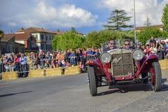 Amelia, Włochy, Maj 2018 Mille Miglia 1000 mil, dziejowego rocznika samochodowa rasa Dwa mężczyzny jedzie historycznego Alfa Rome fotografia stock