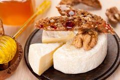 ?amembert, miel, noix et pain entier de texture Image libre de droits