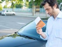 Amende de billet de violation de stationnement sur le pare-brise Images stock