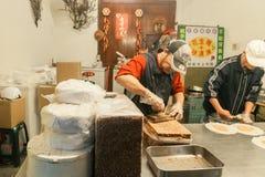 Amendoim doce do alimento da rua em Jiufen fotos de stock royalty free