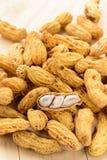 Amendoim na tabela de madeira imagem de stock royalty free