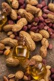 Amendoim natural com óleo em um vidro Fotografia de Stock