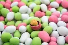 Amendoins cobertos com o esmalte colorido fotografia de stock