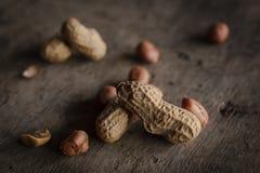 Amendoins colocados em uma mesa de madeira foto de stock