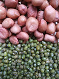 Amendoins crus e feijões de mung verdes Fotos de Stock Royalty Free