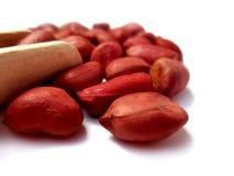 Amendoins crus no fundo branco Fotos de Stock