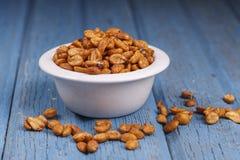 Amendoins derramados por uma bacia Fotografia de Stock Royalty Free