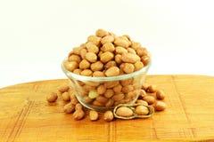 Amendoins descascados no fundo branco Imagem de Stock
