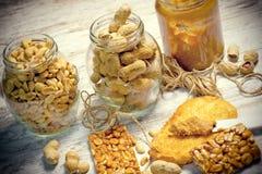 Amendoins e produtos do amendoim para sua dieta saudável Fotografia de Stock