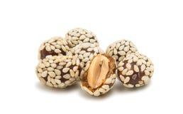 Amendoins em sementes de sésamo fotos de stock