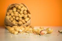 Amendoins em um saco de papel Imagem de Stock