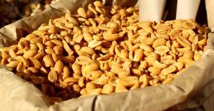Amendoins em um saco de papel Imagens de Stock Royalty Free