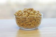 Amendoins em uma bacia de vidro Imagens de Stock Royalty Free