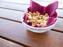 Amendoins em uma bacia na tabela Imagem de Stock Royalty Free