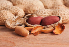 Amendoins espalhados em uma tabela de madeira Foto de Stock Royalty Free