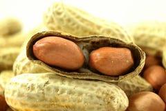 Amendoins inteiros e close up descascado Fotos de Stock Royalty Free