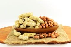 Amendoins inteiros e descascados Fotos de Stock Royalty Free