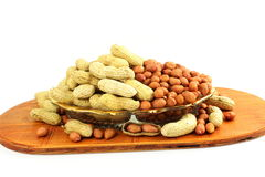 Amendoins inteiros e descascados no fundo branco Fotografia de Stock