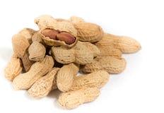 Amendoins isolados no fundo branco Fotografia de Stock Royalty Free