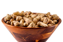 Amendoins na bacia de madeira Foto de Stock