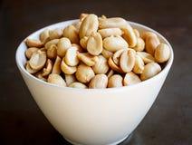 Amendoins na placa branca Fotografia de Stock