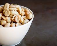 Amendoins na placa branca Imagens de Stock Royalty Free