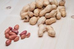 Amendoins na tabela de madeira Imagem de Stock