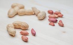 Amendoins na tabela de madeira Foto de Stock Royalty Free