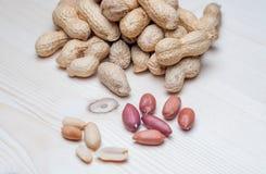 Amendoins na tabela de madeira Imagens de Stock Royalty Free