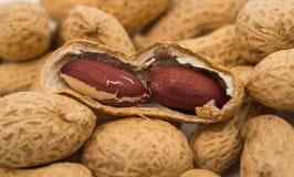 Amendoins no escudo imagem de stock