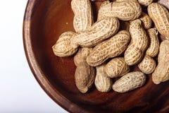 Amendoins no macro de madeira do close up do prato Fotos de Stock