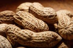 Amendoins no macro de madeira do close up do prato Fotografia de Stock