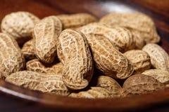 Amendoins no macro de madeira do close up do prato Foto de Stock Royalty Free