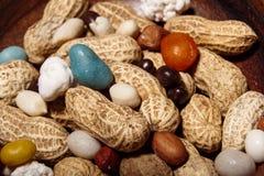 Amendoins no prato de madeira com macro do close up dos doces Imagens de Stock Royalty Free
