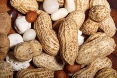 Amendoins no prato de madeira com macro do close up dos doces Foto de Stock Royalty Free