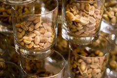 Amendoins no vidro no fundo escuro imagem de stock royalty free