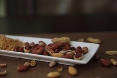Amendoins nos escudos em uma placa fotos de stock