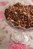 Amendoins nos produtos vidreiros na tabela foto de stock royalty free