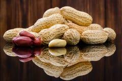 Amendoins nos shell no fundo de madeira foto de stock royalty free