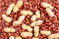 Amendoins Unpeeled e descascados fotografia de stock royalty free