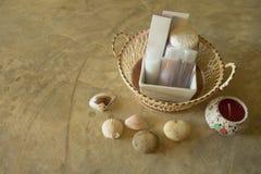 Amenidad en cesta en la habitación Foto de archivo libre de regalías