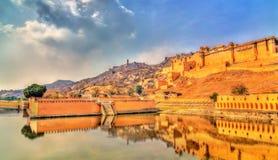 Amer και Jaigarh οχυρά και κήπος Kesar Kyari στη λίμνη Maotha Jaipur - Rajasthan, Ινδία στοκ φωτογραφία με δικαίωμα ελεύθερης χρήσης