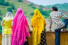 Amer, Индия - 19-ое сентября 2017: Неопознанные люди представляя в облицеванной стене и наслаждаясь взглядом озера Maota внутри Стоковые Изображения RF